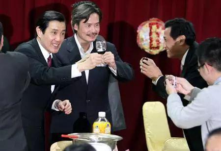 马英九与亲信金溥聪昔日饮宴敬酒。