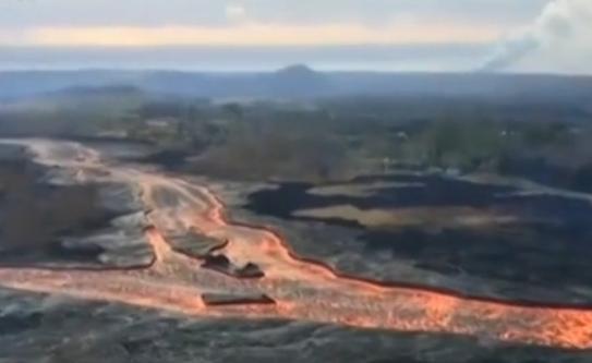 美国基拉韦厄火山持续喷发 航拍熔岩流入大海壮观画