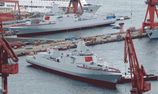 资料图片:网络上流传的2018年7月,2艘055型驱逐舰同时下水照片。(图片来源于网络)