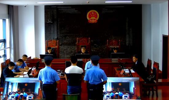 今年8月10日,被告人张世才在楚雄州中级法院受审。庭审视频截图