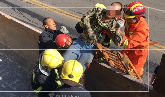 救火员正正在转转运受伤工人。消防供图