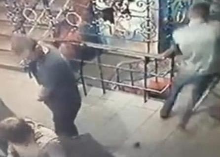 视频:蒙面男向店内扔手榴弹 顾客盯着脚边炸弹呆住