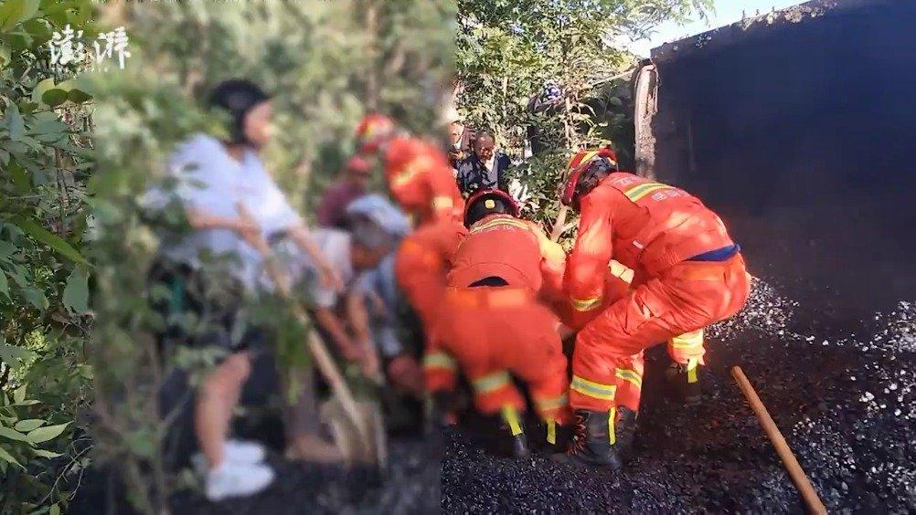 货车侧翻男子被埋沥青下