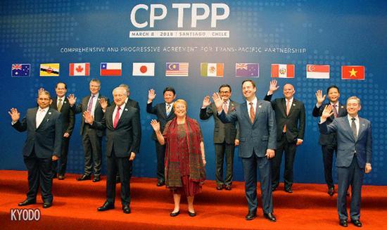 在智利签署TPP11的11个成员国代表合影(图源:日经中文网)