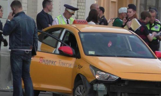 莫斯科市中心发生一起出租车撞向行人事件。(图片来源:塔斯社)