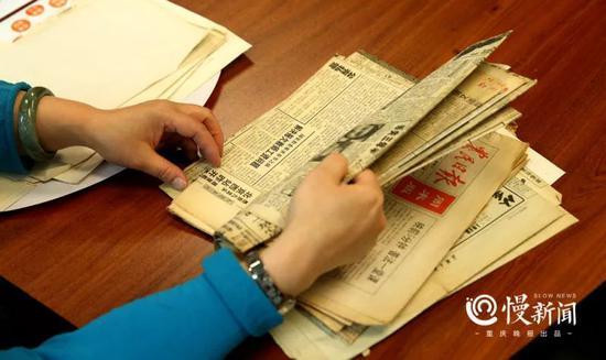 ▲朱晓娟翻阅当年在全国多家报纸刊登的寻子广告