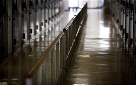 尾道监狱内,为防止老年囚犯摔倒而设的扶手。