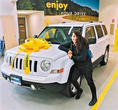 埃尔南德斯驾驶她的车辆
