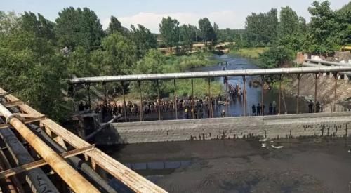 """这次""""回头看""""督察后才开始清理河道总排口煤泥。图片来源:生态环境部微博。"""