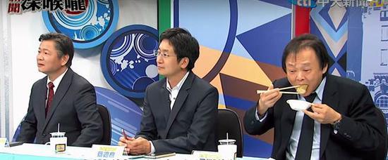 民进党台北市议员王世坚(右)在电视节目上吃香蕉皮。