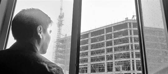 张逢图的窗外就是他要打造的建材市场。