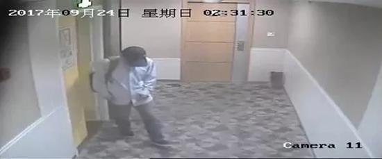 嫌疑人从酒店出来,他们在酒店包房观察目标几个月。