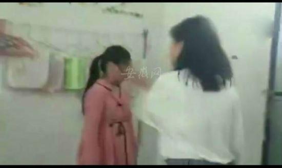 红衣女生(左)被扇耳光。 截屏图