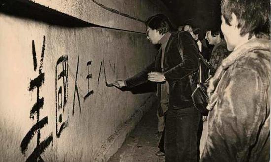 """图:1978年12月美国与台当局""""断交"""",台湾民众在""""美国大使馆""""前抗议"""