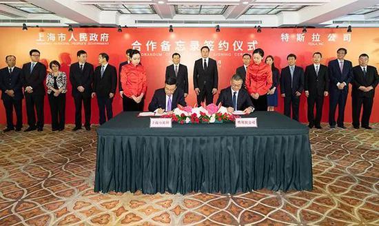 上海市常务副市长周波与特斯拉公司副总裁任宇翔代表双方签约。来源:澎湃新闻