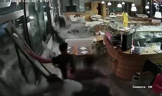 视频|意大利洪灾惊魂一刻:人在屋中坐 大水破窗来