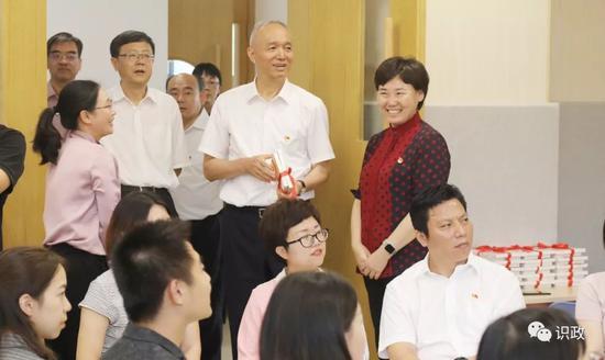 观赏北京黉舍小教部拜师举动