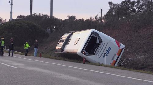 一辆载有36名中国游客的大巴车在葡萄牙埃武拉省A6公路Montemor-o-Novo路段发生翻车事故。(图片来源:葡萄牙《晨邮报》)