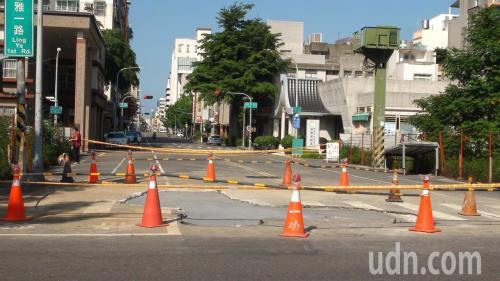 路面损毁现场。台湾《联合报》记者谢梅芬摄影