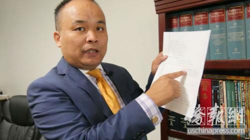 """刘律师提醒广大华裔新移民,在美国反移民政策的笼罩下,大家保持低调,别到处""""嘚瑟""""。(侨报记者 高睿 摄)"""