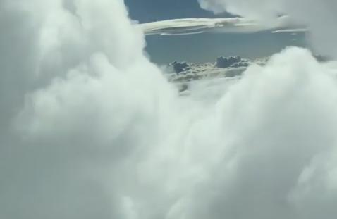 视频:飞行员驾驶飞机穿越云隙
