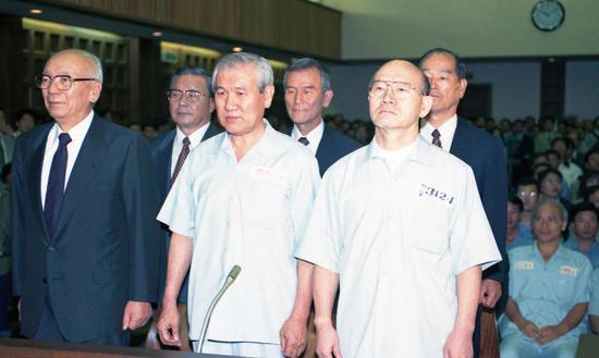 韩国前总统全斗焕(右)和卢泰愚并肩受审