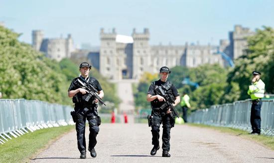 图为婚礼前夕,武装警察在温莎城堡外巡逻。(图片来源:英媒资料图)