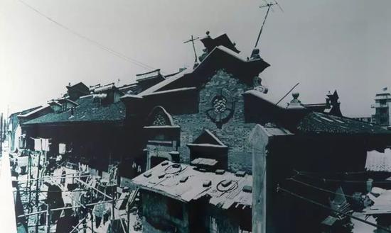 1993年拍的陈桂春老宅。2018年5月30日翻拍于浦东开发陈列馆。新京报记者 尹亚飞 摄