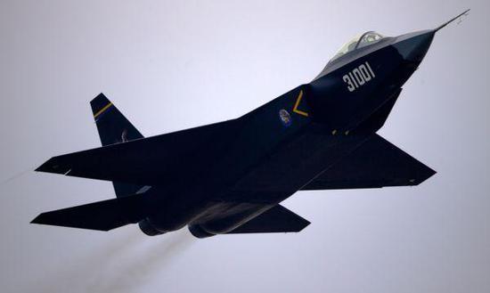 资料图片:中国沈飞公司研发的FC-31隐身战机验证机。(图片来源于网络)