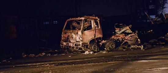30多辆大货车在爆燃事故中毁坏。摄影/本刊记者 董洁旭