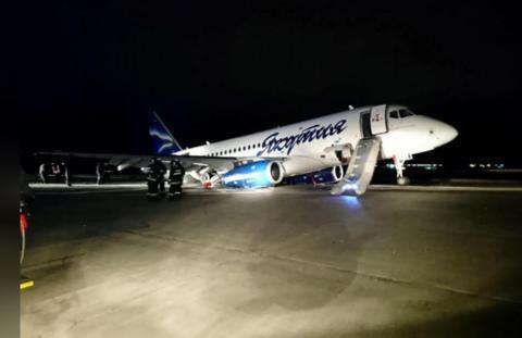 现场照片显示,事发客机前轮悬空,尾部受损严重。(路透社)