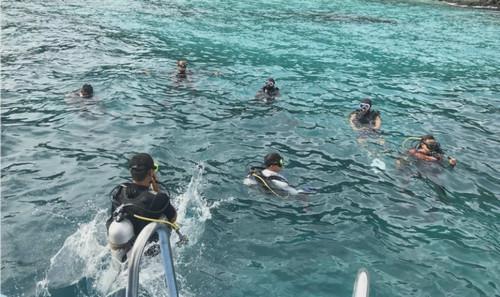 中泰救援人员在泰国普吉岛海域参与救援(香港《南华早报》网站)