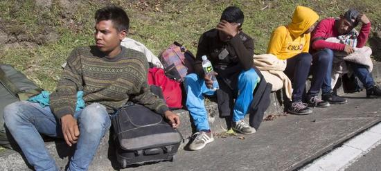 爲逃避飢餓而越過邊境進入哥倫比亞的委內瑞拉人 圖片來源:世界糧食計劃署
