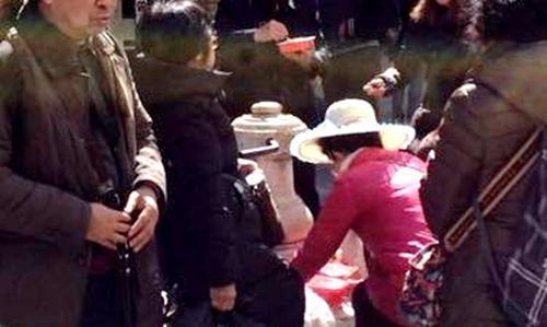 中国游客在威尼斯圣巴托洛梅奥广场的卡罗·哥尔多尼雕像前用泉水洗刷碗筷。来源:欧联网