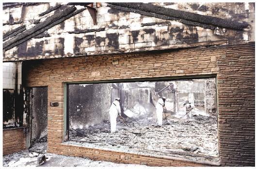 目前仍在肆虐的美國加利福尼亞州山火有望在月底被徹底撲滅,不過此次山火已經造成了前所未有的重大人員傷亡和財產損失。  圖爲當地時間11月20日,在加利福尼亞州比尤特縣天堂鎮,救援人員在山火廢墟中工作。新華社記者  吳曉凌 攝