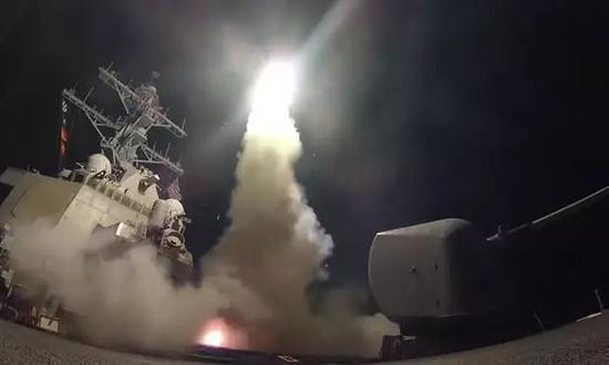 """▲资料图片:2017年4月,美海军向叙利亚沙伊拉特空军基地发射""""战斧""""导弹。(美国海军官网)"""