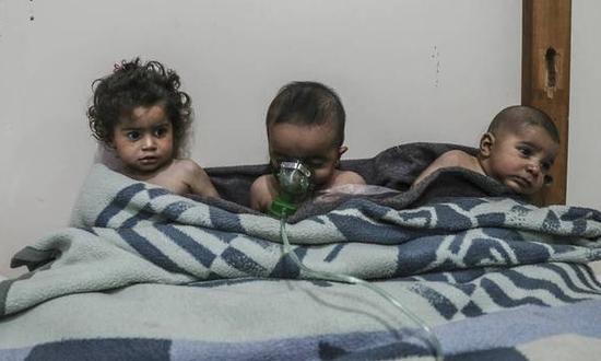 """""""白头盔""""组织发布的遭遇氯气袭击的孩童(图源:CNN)"""