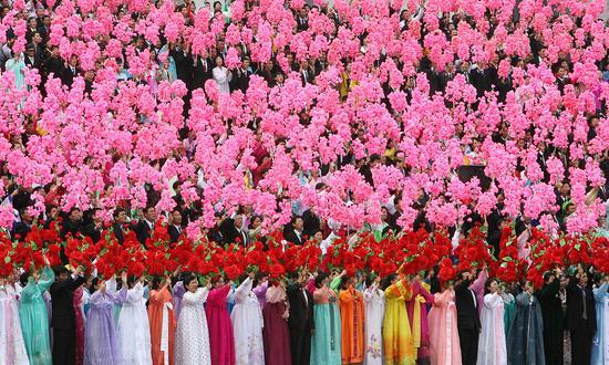 2018-08-16,朝鲜平壤,朝鲜民众欢迎时任韩国总统卢武铉。