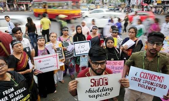 视频:印度16岁女孩被绑架后遭轮奸 事后被活活烧