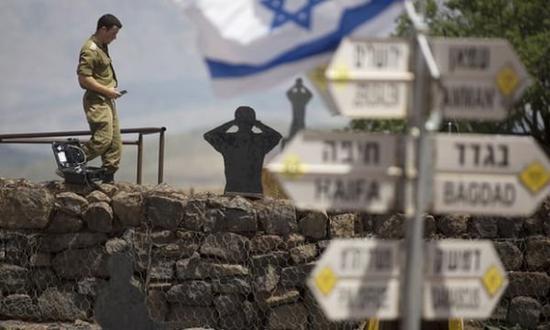 一名以色列士兵正站在戈兰高地。