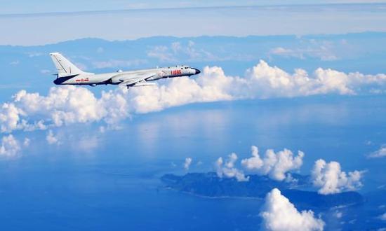 中国空军战机海上训练(资料照片)。新华社发(柴进 摄)