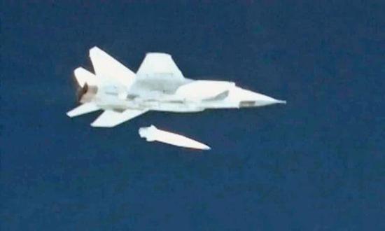 """资料图:米格-31战斗机发射""""匕首""""的瞬间。"""
