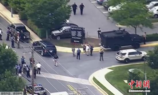 """当地时间28日下午,一名枪手在马里兰州首府安拉波利斯的一个报社里开枪,导致至少5人死亡。执法官员说,其他一些受害者""""受重伤"""",嫌疑人已经被拘押。"""