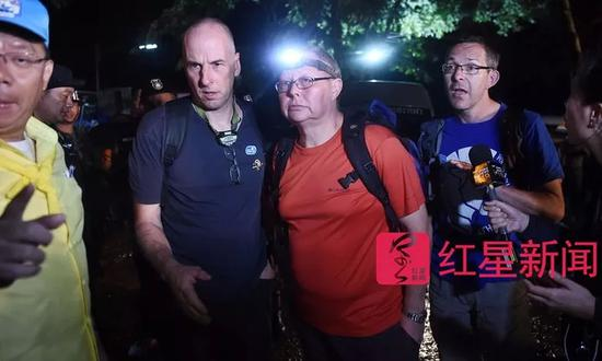▲最先发现被困人员的是两名英国洞穴救援专家,瑞克·斯坦顿(左二蓝衣者)和约翰(右一蓝衣者) 图据AFP