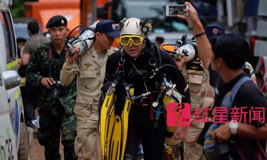▲英国洞穴潜水专家约翰走出洞穴 图据Getty Images