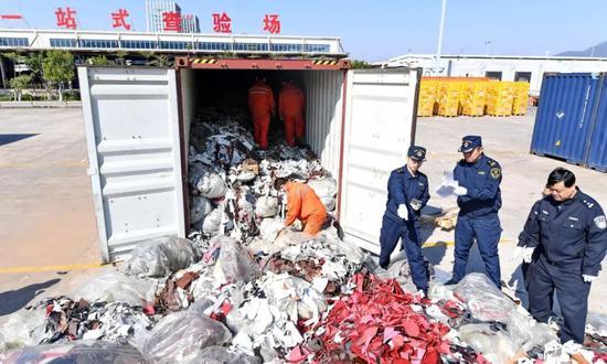 ▲资料图片:2017年12月21日,厦门海关工作人员在海沧查验场查验走私的进口牛皮革洋垃圾。