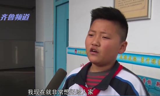 """视频:男孩帮老人刷公交卡 大爷""""硬还""""100元表"""