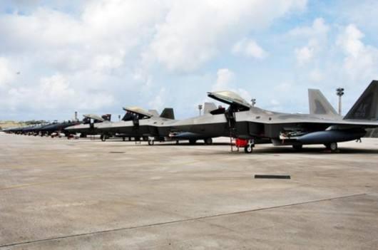 图为停放在机场上的F-22战斗机