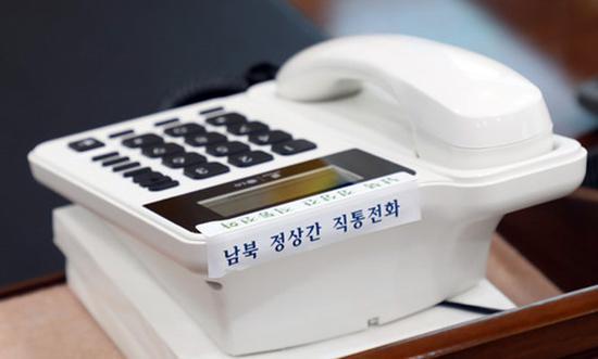 放在文在寅办公桌的朝韩首脑热线电话