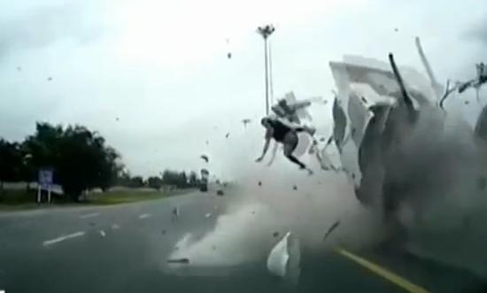 """视频:卡车失控撞上隔离带 司机""""飞""""出车外"""